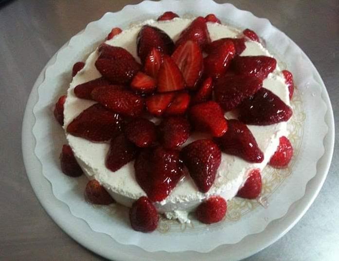 Tarta de queso con adorno de fresas