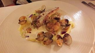 "Filete de lenguado ""pèche petit bateau"" en ballotine , salsa de berberechos al Noilly Prat, nabos confitados y puré de patatas."
