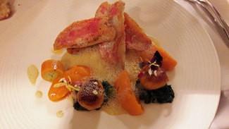 Filete de salmonetes asados con su piel, emulsión  de pescados de roca, gnocchis de calabaza butternut y brotes frescos de espinacas