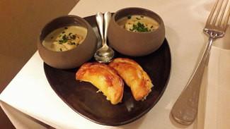 Aperitivos : mini croissants hojaldrados de queso y una crema de alcachofas