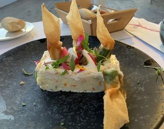 Ensaladilla rusa con crujiente de langostino, alcaparras fritas y ventresca de atún