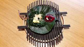 Con las manos : Remolacha y queso azul local, atún seco y crema de ahumados sobre Kale (pulpo de tierra)