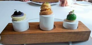 Tortilla de Amos. Bocado de ensaladilla rusa, patata violeta, huevas y colatura, Bocarte en vinagre.