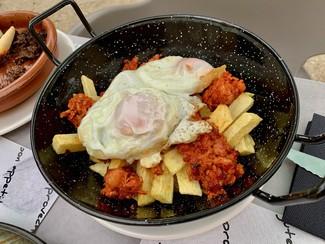 Sartén de huevos y jijas