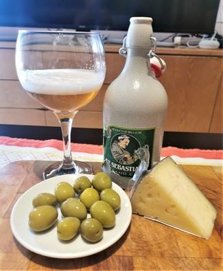 Con las olivas y el queso curado