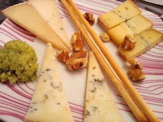 Rueda de quesos: Morbier, Perala, Bolaños de mojo picón y curado trufado