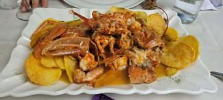 Bogavante azul de la ria (1,05 Kg) a la sarten sobre un lecho de patatas chips caseras